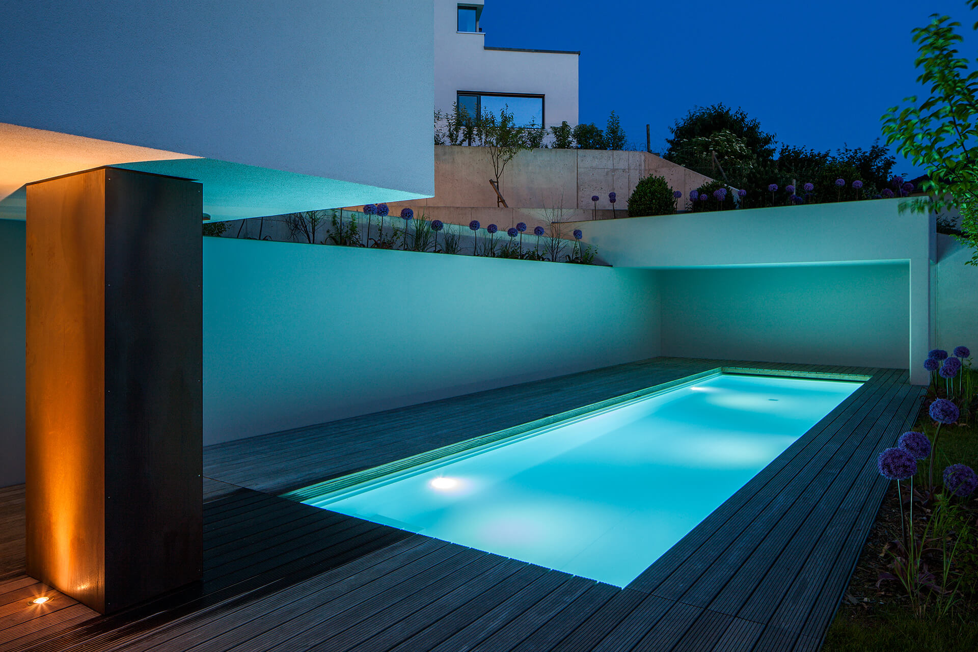 beleuchteter Outdoor-Pool am Abend