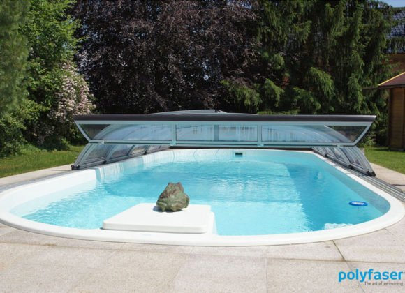 Polyester Pool in Garten