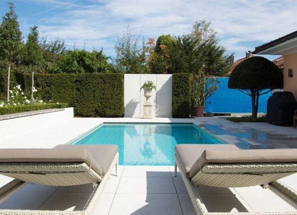 Pool Outdoor mit Sonnenliegen