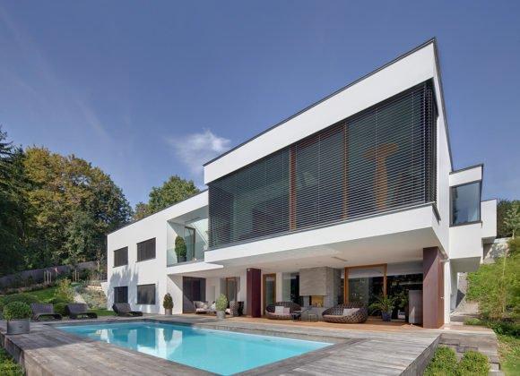 Pool in Garten von modernem Haus